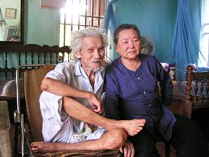 Hữu Loan at home with his wife in 2008.